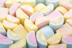 Pastellfarbhintergrund von bunten Eibischen in sichelförmigem SH Lizenzfreie Stockfotos