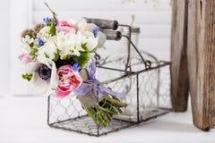 Pastellfrühlingsblumenstrauß in der rustikalen Zusammensetzung Stockfotografie