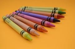 Pastelli Colourful del disegno della scuola della cera immagini stock