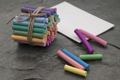 Pastelli pastelli e carta bianca dell'acquerello fotografia stock libera da diritti