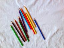 pastelli matite colorate su fondo bianco Fotografia Stock Libera da Diritti