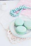 Pastellmakrone mit Pfefferminzaroma auf hellem Hintergrund Stockfotografie
