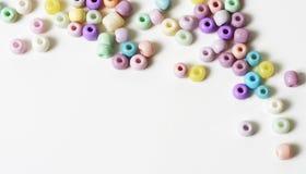 Pastellperlen auf weißem Hintergrund Stockfotografie