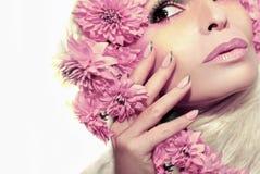 Pastellrosamaniküre und -make-up lizenzfreie stockbilder