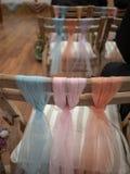 Pastellschals gebunden in einem Knoten für Heiratsstuhldekorationen an a stockbild