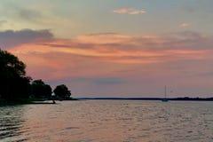 Pastellsonnenaufgang auf dem See Lizenzfreie Stockfotos