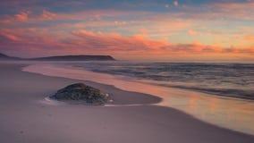 Pastelowe błękitne i różowe chmury nad plażą przy zmierzchem zdjęcia royalty free
