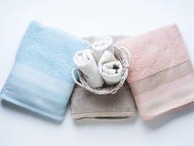 Pastelowego koloru czyści fałdowi ręczniki na bielu zdjęcie royalty free