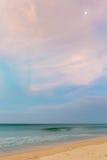 Pastelowy półmroku czas na pustyni plaży z księżyc Obraz Stock