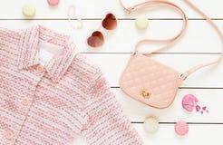 Pastelowych menchii kurtka i mod akcesoria dla dziewczyn Zdjęcie Royalty Free