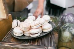 Pastelowych menchii truskawki macarons Francuski delikatny deser dla śniadania w ranku świetle na drewnianym stole shalna zdjęcia stock