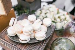 Pastelowych menchii truskawki macarons Francuski delikatny deser dla śniadania w ranku świetle na drewnianym stole shalna fotografia stock