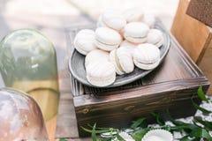 Pastelowych menchii truskawki macarons Francuski delikatny deser dla śniadania w ranku świetle na drewnianym stole shalna obraz stock