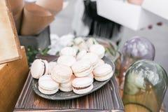 Pastelowych menchii truskawki macarons Francuski delikatny deser dla śniadania w ranku świetle na drewnianym stole shalna zdjęcie royalty free