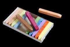 Pastels colorés de craie d'isolement sur le noir Image stock