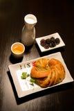 Pastery mit schwarzen Beeren und Tee Lizenzfreies Stockbild