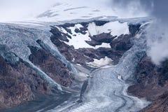 Pasterze glaciär och insnöade höga alpina berg Arkivbild
