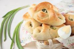 Pastetchen mit grünen Zwiebeln und Eiern Stockbilder