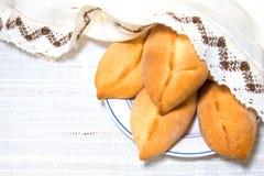 Pastetchen und Leinentischdecke Stockfotos