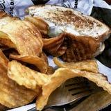 Pastetchenschmelze mit selbst gemachten Chips Stockbilder