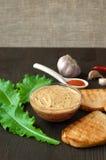Pastete Apetiser mit melba Toastsoldaten und kleinem Salat auf Dunkelheit Stockbilder