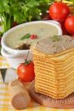 Pastete, Tomaten und Cracker. Stockfotos