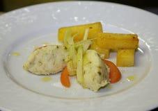 Pastetenfleischweißfisch mit gebratenen Kartoffeln Lizenzfreie Stockbilder
