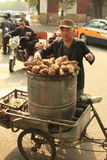 Pasti caldi del commerciante cinese per i turisti a Pechino vassoio di acquisto del veloriksha- Immagine Stock