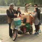 Pasti caldi del commerciante cinese per i turisti a Pechino vassoio di acquisto del veloriksha- Immagini Stock Libere da Diritti