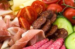 Pasti e verdure freddi sul piatto Immagini Stock