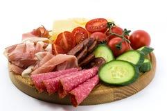 Pasti e verdure freddi sul piatto di legno Immagini Stock