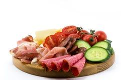 Pasti e verdure freddi sul piatto di legno Fotografia Stock Libera da Diritti