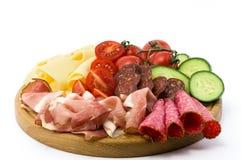 Pasti e verdure freddi sul piatto di legno Immagine Stock