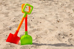 Pastic-Schaufeln auf dem Strandsand Lizenzfreies Stockbild
