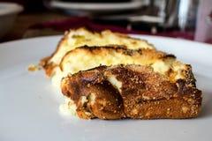 Pasticceria al forno su un piatto bianco Fotografia Stock
