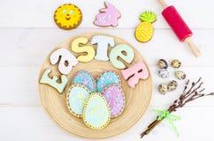 Pasticceria casalinga di Pasqua nella forma delle lettere e delle uova su fondo di legno fotografia stock