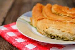 Pasticceria con formaggio e spinaci ed asciugamano di piatto rosso fotografia stock libera da diritti