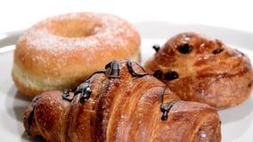 pasticceria Croissant isolati sopra bianco video d archivio