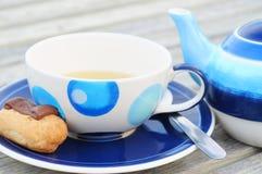 Pasticceria del cioccolato con il POT e la tazza del tè immagine stock libera da diritti