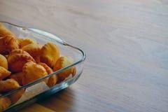 Pasticceria del lievito sul piatto di vetro su fondo di legno con il concetto turco della prima colazione del copyspace immagine stock