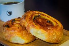 Pasticceria dell'uva passa servita con caffè Immagini Stock