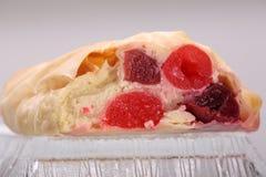 Pasticceria dello strudel con i frais e le ciliege di fromage fotografie stock libere da diritti