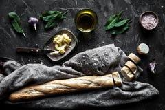 Pasticceria francese, baguette su un fondo nero con i dettagli per cucinare Immagine Stock
