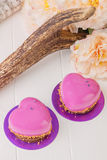 Pasticceria francese a forma di del cuore con la glassa rosa Fotografia Stock