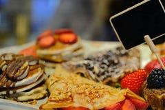 Pasticceria fresca dolce, con i frutti e le more Fotografia Stock