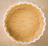 Pasticceria intera dello shortcrust in vassoio ceramico di cottura Immagini Stock