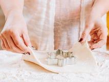 Pasticcerie bollenti domestiche della taglierina del biscotto delle mani della donna immagine stock