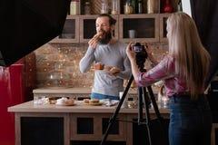 Pasticcerie casalinghe che cucinano fotografia dietro le quinte fotografie stock libere da diritti