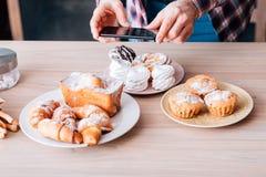 Pasticcerie casalinghe dei dolci di hobby dell'uomo di blogging dell'alimento immagini stock