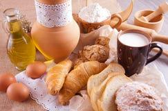 Pasticcerie casalinghe e una tazza di latte fotografia stock libera da diritti